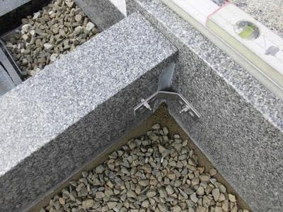 14.巻石の各コーナーをL字金具で結合.JPG