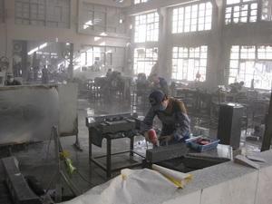 2.多くの墓石がつくられる中国の石材加工工場.JPG