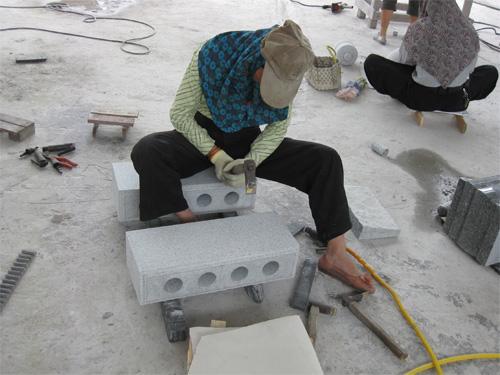 女性の石職人